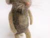grijs staand ratje van hondewol met wit schaap