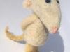 verlegen muisje van witte schapenwol